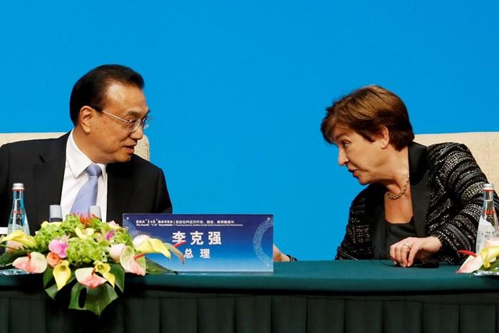 """Изпълнителният директор на Международния валутен фонд (МВФ) Кристалина Георгиева разговаря с китайския премиер Ли Кецян преди пресконференция след срещата на кръглата маса """"1+6"""" в Пекин, Китай"""