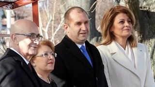 Деси Радева посрещна съпруга на президентката на Малта със стилно бяло палто (Снимки)