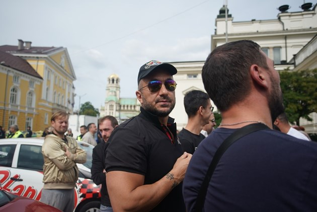 Коцето бесен пред парламента: Ваксиниран съм и пак не мога да работя!