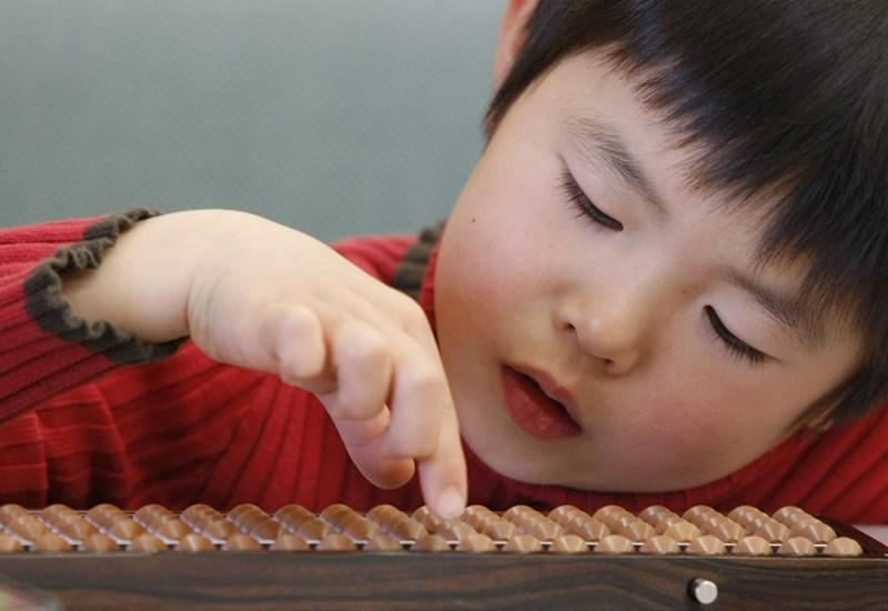 Зачервени бузи със ситни като пясък пъпчици са характерни за детския атопичен дерматит.