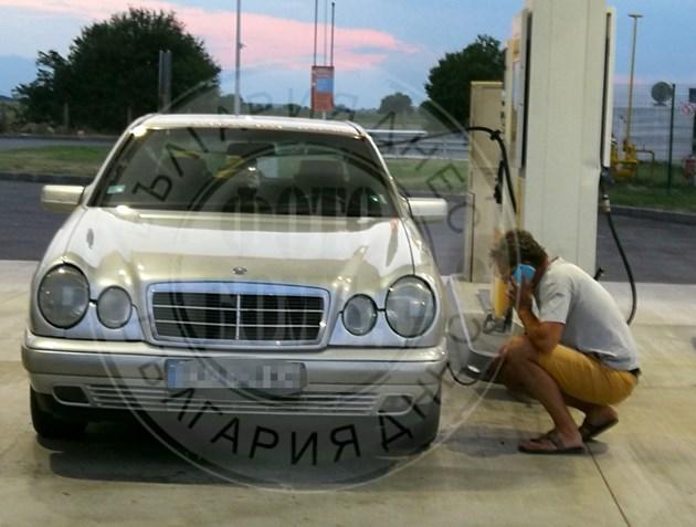 Актьор си проверява колата