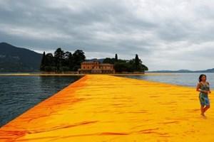 Плаващите кейове в италианското езеро Изео