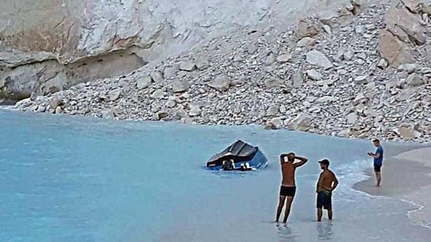 Седем са пострадалите при срутване на скали на остров Закинтос (Видео и снимки)