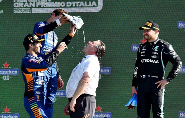 Рикиардо и Норис изпълняват ритуала на австралиеца при победа - пиене на шампанско от състезателната обувка. Снимка: Ройтерс