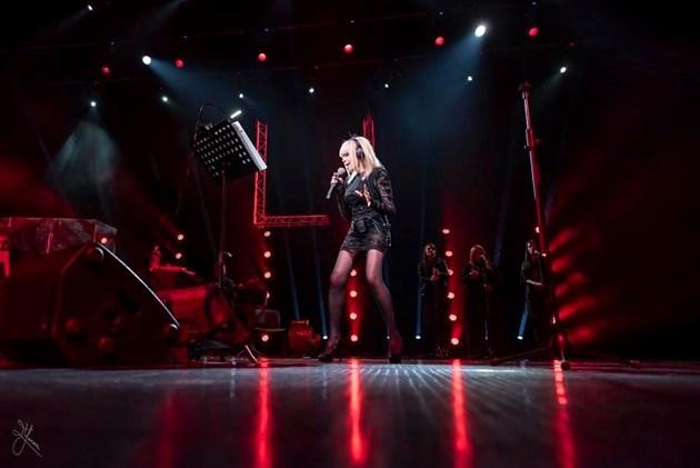 Лили мръзне на сцената