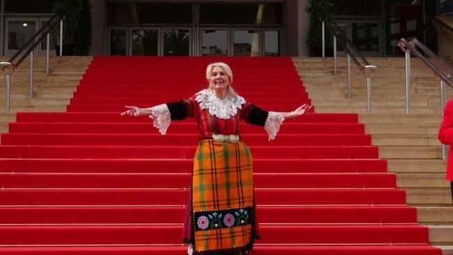 """Когато снимаха за нея филма """"Призвание актриса"""", Станчева отново повтори триумфа си в Кан - яви се в народна носия."""