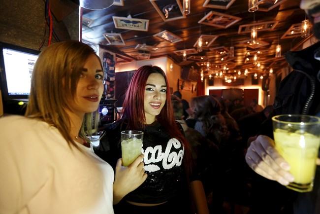 Пиенето в баровете спада, младите предпочитат слабоалкохолни напитки. СНИМКА: РОЙТЕРС