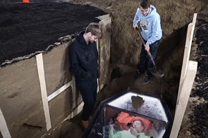 Популярен американски блогър се погреба жив за 2 дни (Видео)