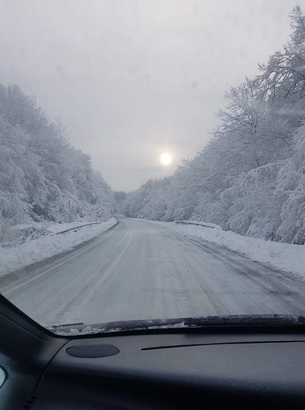 Отново заледени пътища след падналия сняг