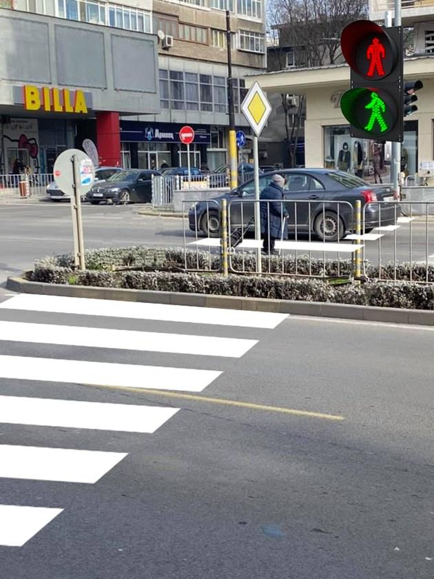 Пешеходна пътека и светофар неизползваеми от пешеходци
