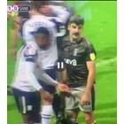 Футболист хвана съперник за пакета