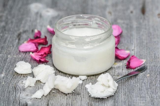 Кокосовото масло е пълно с витамин Е и помага да се справите с пърхота. СНИМКИ: Piixabay