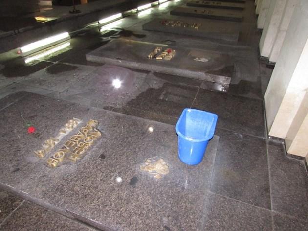 Кофи пазят гроба на Каравелов
