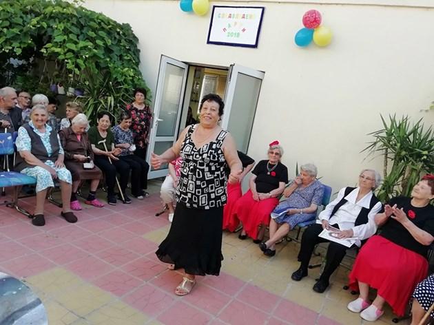Баба Елена е най-възрастната майсторка на кючека