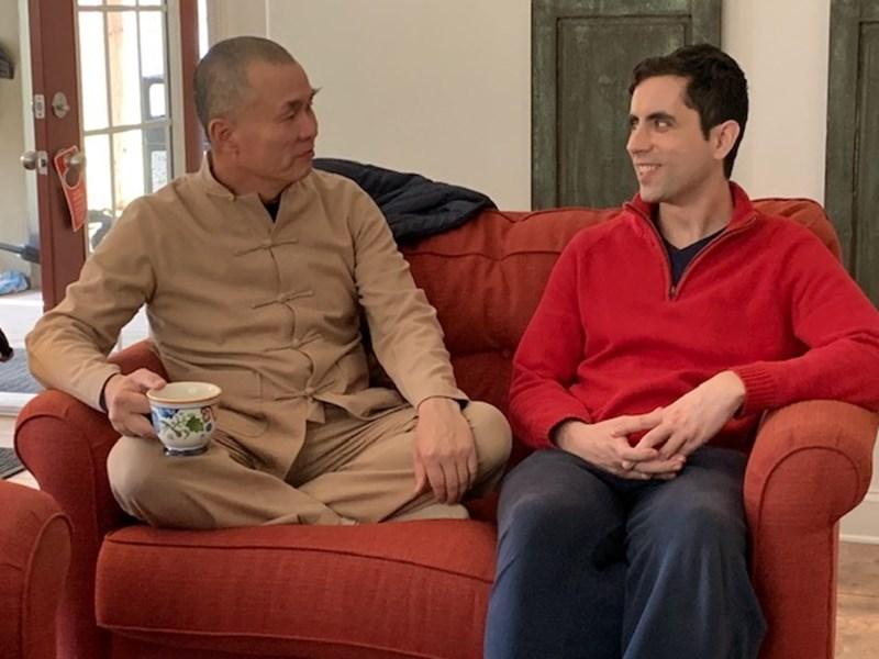 """Учителят Юан Тзе беседва с единия от главните действащи лица във филма """"Вече свободни""""."""