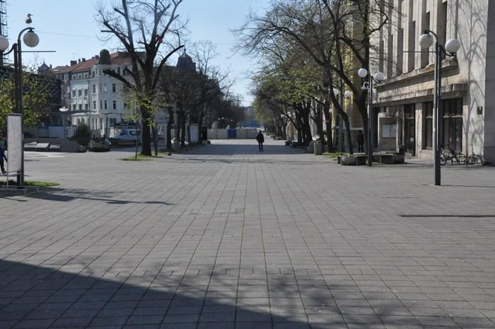 Въпреки светлия празник и хубавото време улиците  в Бургас днес са празни.