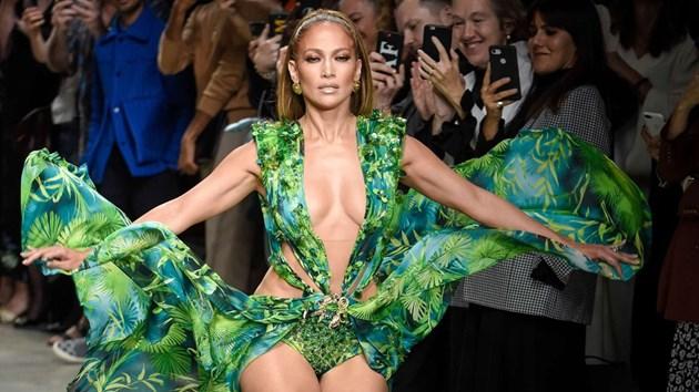 Дженифър Лопес е лицето на Versace за пролет-лято 2020 (Видео)