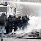 В Париж използваха водно оръдие в ожесточените сблъсъци с протестиращи (Галерия)