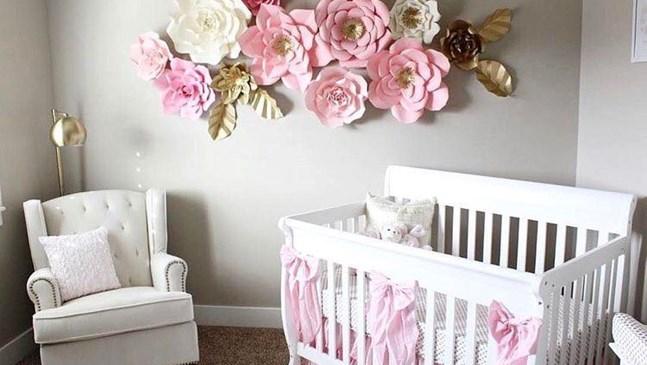 Декорация от цветя за бебешка стая за момиче