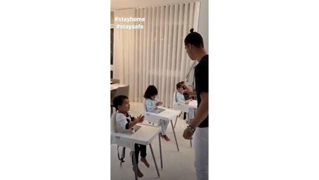 Роналдо учи децата как да дезинфекцират ръцете си (Снимки)