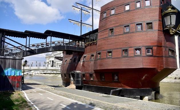Скопие руши български кораб-ресторант във Вардар
