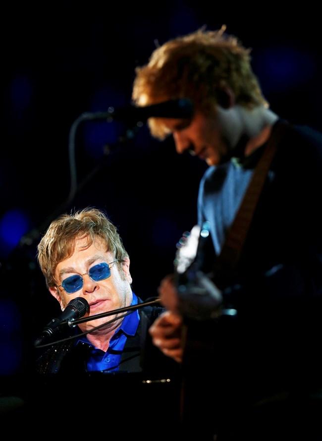 """Музикантът в дует със своя ментор  Елтън Джон по време на церемонията за връчването на  наградите """"Грами"""".  СНИМКА: РОЙТЕРС"""