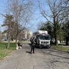 ФОТОГАЛЕРИЯ - Кметът на Бургас с нетрадиционни мерки срещу събирането на хора