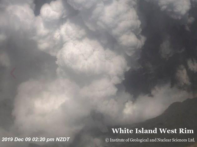 Потвърдиха смъртта на 5-ма души при изригването на вулкана в Нова Зеландия, 10 в неизвестност (Видео, снимки)