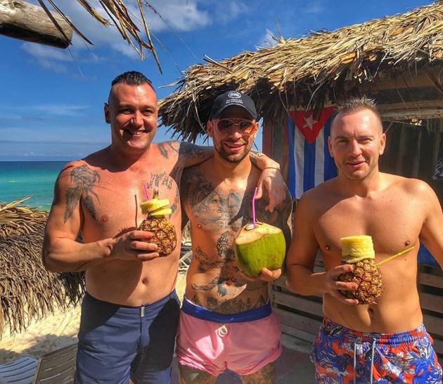 Бандата разпуска на плаж в Куба