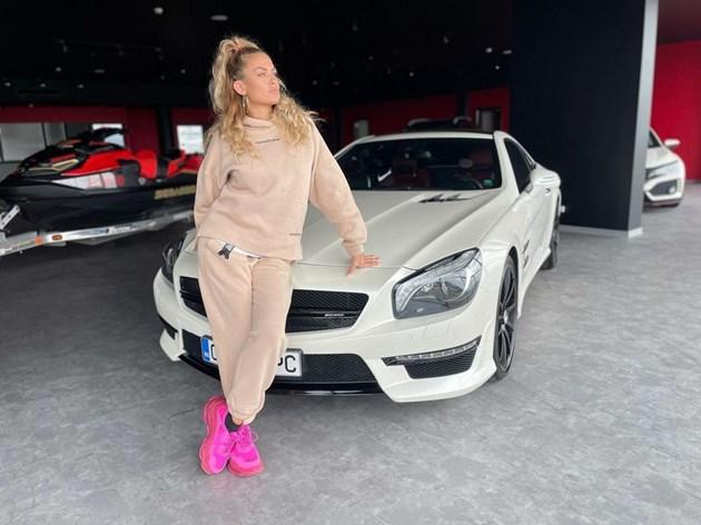Яна се фука с нова кола