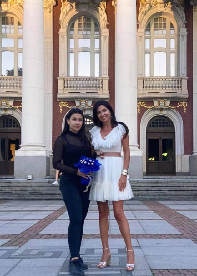 Милена е горда с дъщеря си Теа преди началото на представлението / СНИМКИ: ЛИЧЕН АРХИВ и Малин Кръстев