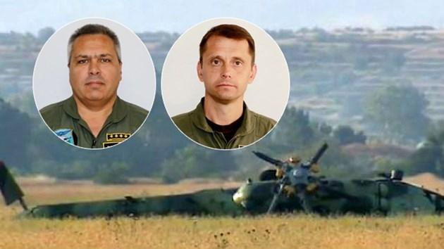Капитан Пламен Пантилеев (вляво) и вторият пилот Стоян Неделчев до разбития вертолет