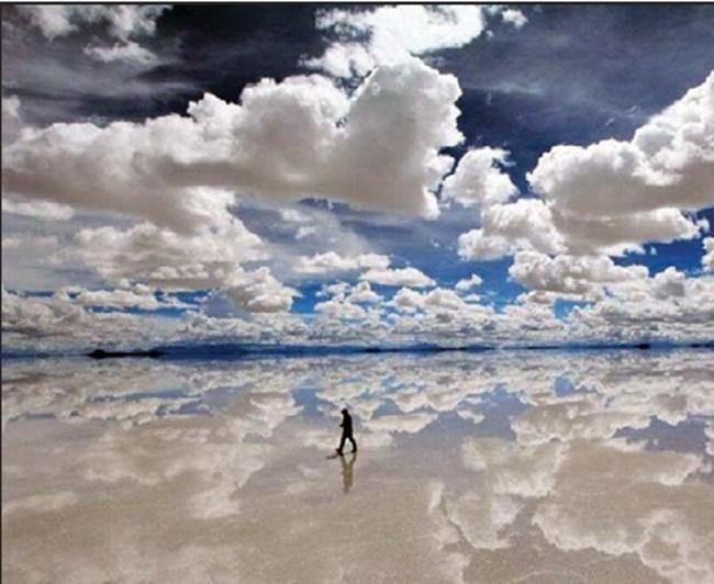 Салар де Уюни в Боливия е най-голямото солено езеро в света. Намира се на 3656 м височина в платото Алтиплано, бли- зо до гребена на Андите. При суша солната покривка е дебела от 2 до 8 м. През дъждовния сезон езерото се покрива с тънък слой вода, който отразява небето и облаците чак до линията на хоризонта и не може да се каже къде свършва небето и започва земята. Тъй като водата е само няколко сантиметра, тя не пречи на движението по езерото.