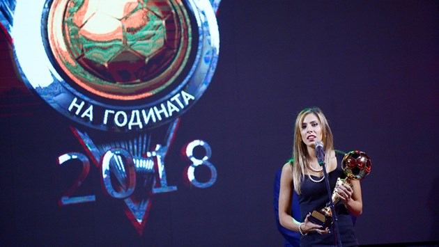 Футболистка №1 Евдокия Попадинова: По-лесно е да вкарвам голове, вместо да се гримирам