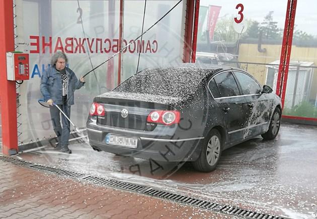 Сценарист на Слави къта пари за черни дни