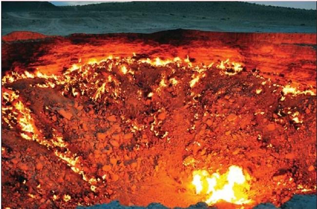 """""""Вратата към ада"""" е газов кратер в пустинята Каракум, близо до село Дарваза в Туркменистан, който гори непрекъснато от 1971 г. Тогава съветски гео- лози сондирали в търсене на природен газ. Земята пропадала, защото отдолу имало пещера. Специалистите запалили изтичащия метан, за да предотвратят разпространението му. Надявали се да изгори за няколко седмици. Кратерът е с диаметър 70 м, дълбок е 30 м и продължава да се увеличава. Гледката е особено впечатляваща нощно време."""
