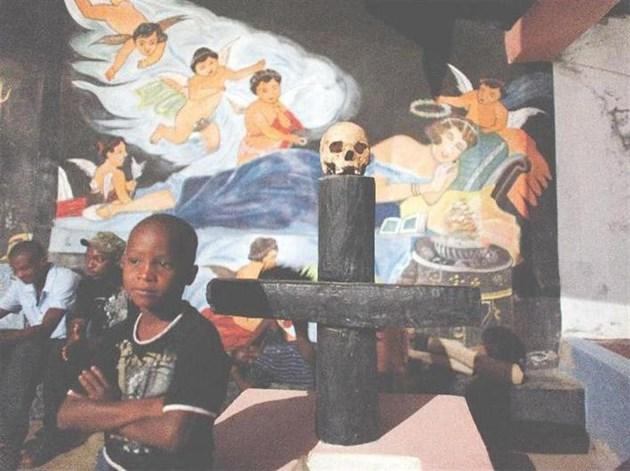 Интериор на храм за вуду магии. Върху кръста е поставена смалена глава за церемония по случай Деня на мъртвите 2 ноември 2009 г.