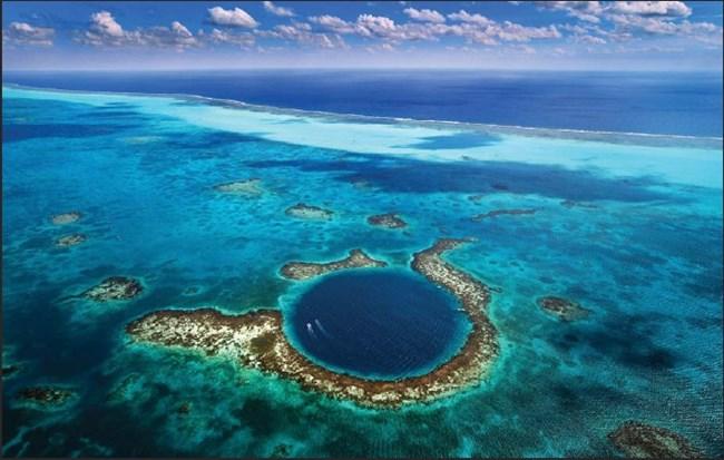 Голямата синя бездна е до бреговете на Белийз. Формата е почти идеален кръг - около 300 м в д иаметър и близо 124 м дълбочина. Образувала се е чрез ерозия, когато морското равнище е било много по-ниско. За популярността допринася френският изследовател Жак-Ив Кусто.