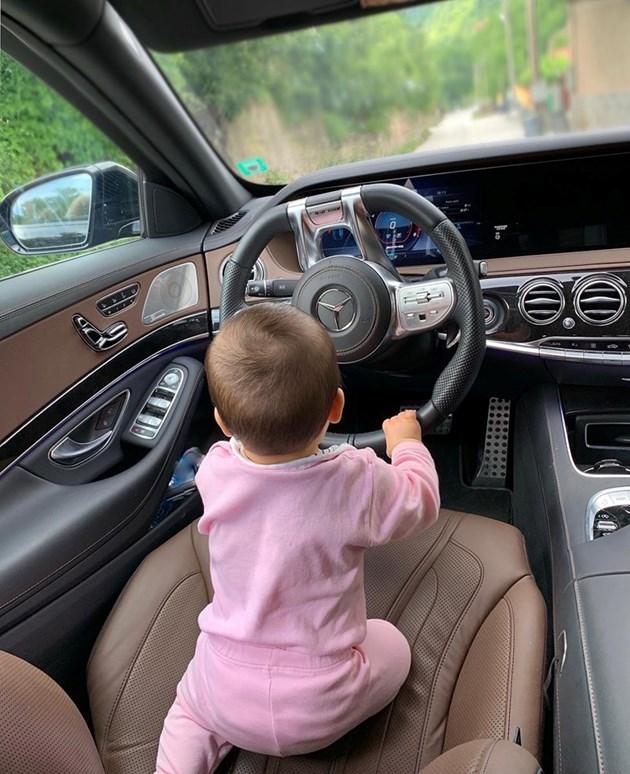 Бебето на Преслава кара кола