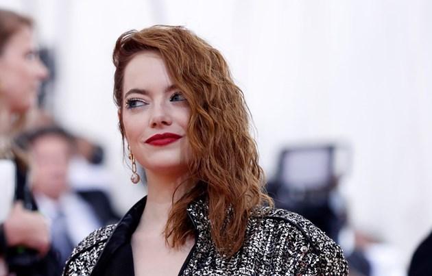 """Актрисата Ема Стоун счупила рамото си на концерта на """"Спайс гърлс"""""""