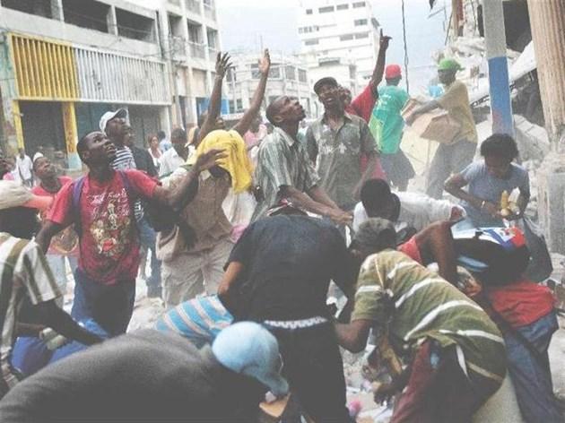Хаитяни грабят магазин в центъра на Порт о Пренс.