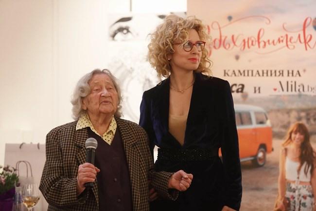 Силвия Лулчева заедно с уважаемата героиня от новия си проект мадам Попова