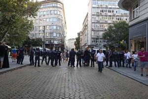 Полицаи в плътна редица и строги проверки СНИМКИ: Николай Литов