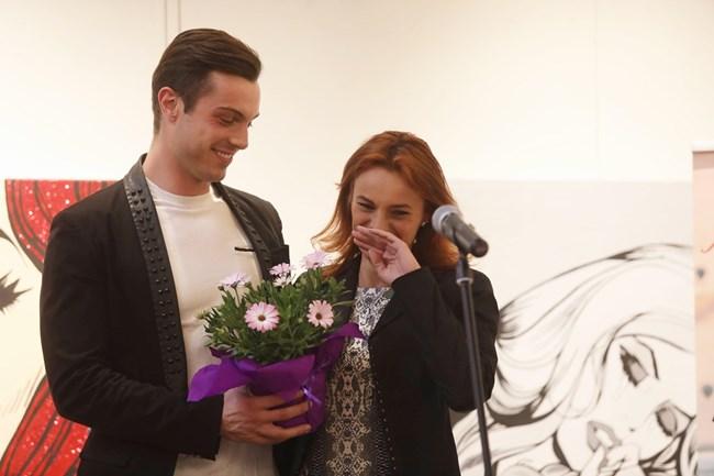 Филип Буков развълнува до сълзи майка си Росица Букова, като изненадващо се появи да й връчи плакета