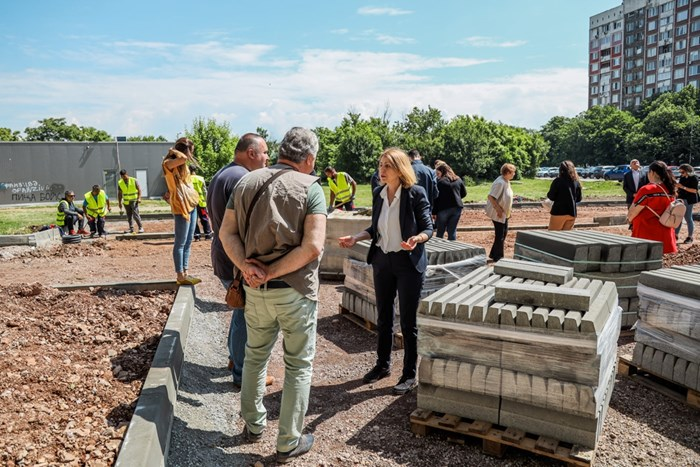 """Столичният кмет Йорданка Фандъкова проверява изграждането на нов квартален паркинг в """"Дружба"""". СНИМКА: АДЕЛИНА АНГЕЛОВА, СТОЛИЧНА ОБЩИНА"""