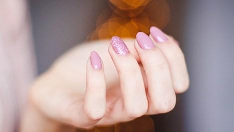 Лесни трикове за идеално почистване и укрепване на ноктите