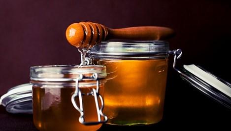 Медът хидратира и гони пъпките