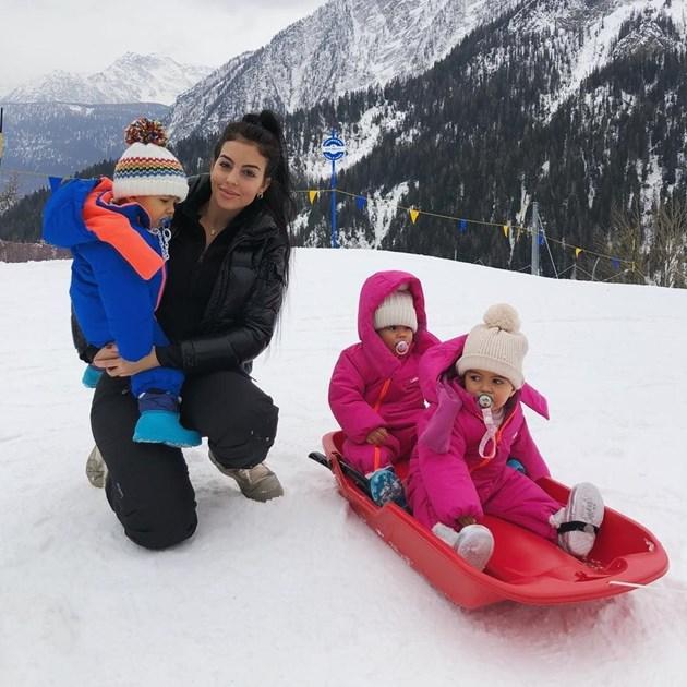 Джорджина пързаля децата, докато Роналдо вкарва