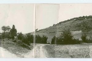 АРХИВИ: Тази снимка от Държавния архив е една от 7-те, направени при възстановка на пътя на Апостола в началото на ХХ век. Обективът е насочен назад към Пази мост, след като той е бил отминат от Левски. Горе вдясно е обозначено мястото на Гьола, където е имало чешма и параклис.