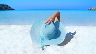 Лятото иска дълга рокля, парео и широкопола шапка
